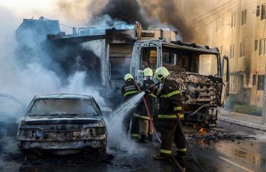Los vándalos han prendido fuego y atacado edificios.