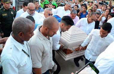 Falcao García acompañó a su padre hasta el final. Ayudó a cargar el féretro junto a otros familiares.