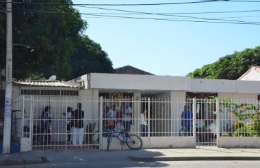 Fachada de la casa de la abuela de Falcao, a donde llegaron varias personas.