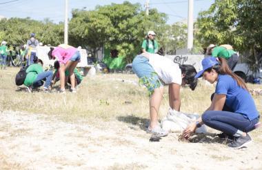 Comunidad participa de las jornadas de siembra.