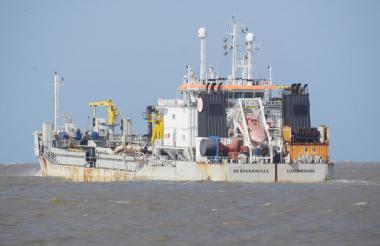 La embarcación 'De Bougainville' realiza labores de dragado y mantenimiento al canal de acceso.