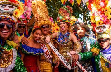 La reina del Carnaval, Carolina Segebre, y el rey Momo, Freddy Cervantes, izaron las banderas de algunas danzas de congos en Barranquilla.