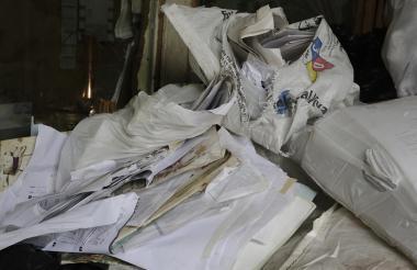 Sacos llenos de papel para reciclar.