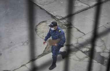Miembro del Inpec camina por el Complejo Penitenciario y Carcelario de Bogotá, La Picota.
