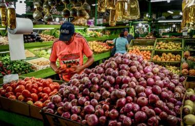 Una persona compra frutas y verduras en la Central de Abastos del Caribe.