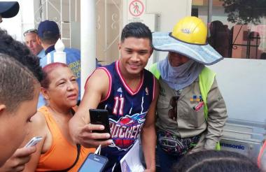Teófilo Gutiérrez tomándose fotos con algunos fanáticos a las afueras de la sede administrativa de Junior.