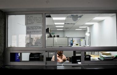 En la ventanilla del secretario del juez cuarto de ejecución de la Fiscalía de Barranquilla hay un cartel que dice que este no atiende visitas.