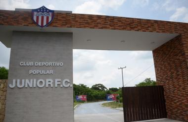 La sede deportiva de Junior aún tiene el escudo con siete estrellas, pero en unos días será renovado con la octava.