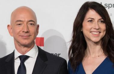 Jeff Bezos junto a Mackenzie Bezos.