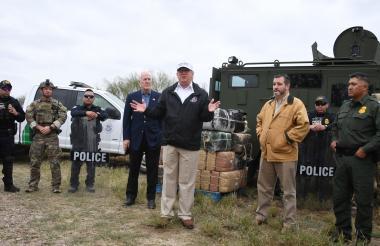 Donald Trump habla luego de recibir una sesión informativa sobre seguridad fronteriza junto al senador John Cornyn (izq), y el senador Ted Cruz (der).