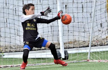 Momento en el que Ángel Soto ataja un cobro en la tanda de penales ante el onceno Álex De Alba - Sergio Díaz.