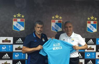 Alexis Mendoza fue presentado por Carlos Benavides Escardó, presidente del Sporting Cristal.
