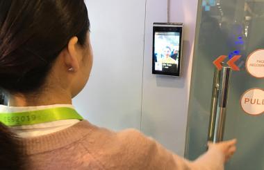 Mujer muestra cómo puede ser usado el reconocimiento facial en el hogar.