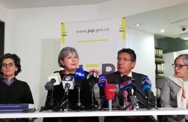 Patricia Linares, presidente e la JEP, y Néstor Humberto Martínez, fiscal General de la Nación.