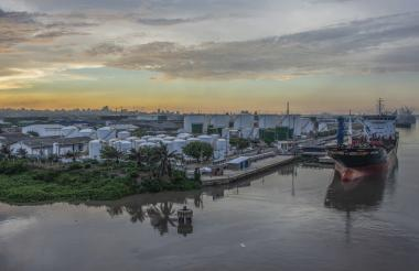 Vista de un buque fondeado en las inmediaciones del Puerto de Barranquilla.