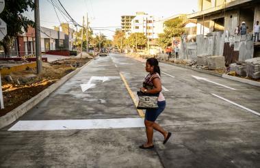 Una mujer camina por la calle 75 con carrera 47.