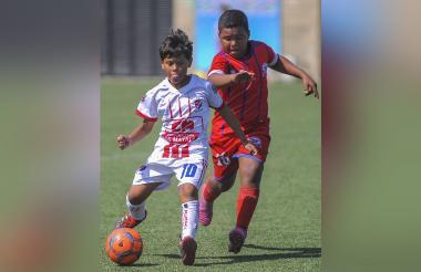 Óscar David Ramírez (10) marcado por un rival.