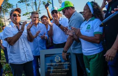El alcalde Char y otros funcionarios en la reinauguración del complejo deportivo.