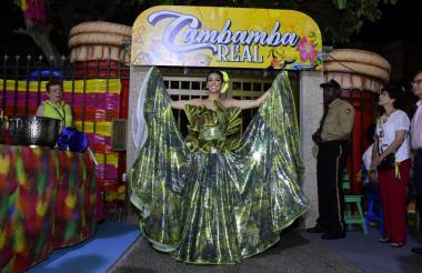Con polleras, música y alegría, Carolina recibió a todos los invitados a su Cambamba real.