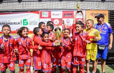 Los pequeños de la escuela Montero de Santa Marta celebran luego de recibir el trofeo de campeones.