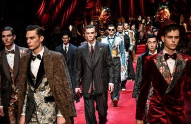 Los trajes laminados, en oro y negro, junto a zapatos de terciopelo son la propuesta de Dolce & Gabbana.
