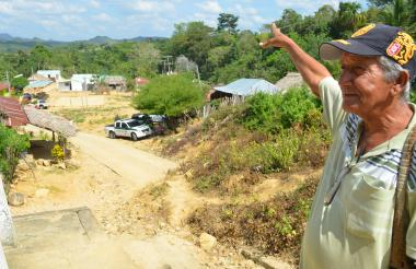 Alejandro Oviedo Meriño, habitante de Chengue, uno de los testigos y sobreviviente de la masacre muestra el estado del corregimiento.