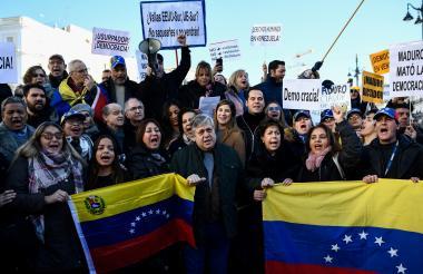 Algunos manifestantes  en la Puerta del Sol, Madrid.