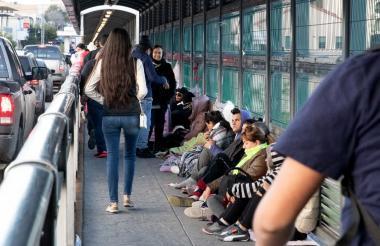 Decenas de migrantes centroamericanos aguardan la solicitud de asilo en Laredo en el Puente Internacional en la frontera entre EEUU. y México.