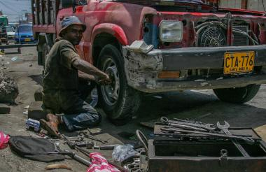 Un trabajador de un taller mecánico en B/quilla.