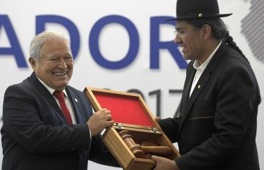 Salvador Sánchez, presidente de El Salvador, y Diego Pary, canciller de Bolivia, durante la ceremonia.