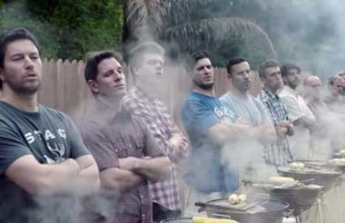 Una de las escenas del comercial que cuestiona el machismo tóxico.