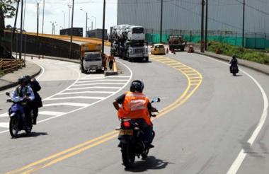 Motocicletas en una vía nacional.