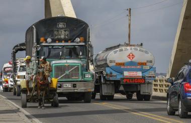 Transporte de carga por el Puente Pumarejo.