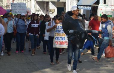 Educadores exhibieron un toro con el nombre del alcalde.