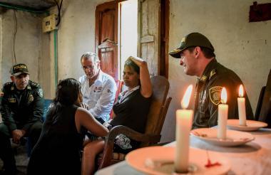 Autoridades policiales y el gobernador Eduardo Verano entregan condolencias a la familia de Jeison Vásquez.