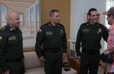 El alcalde Alejandro Char y el mayor Wiiliam Salamanca, director de Seguridad Ciudadana de la Policía Nacional se saludan en el encuentro de este miércoles.