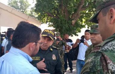 El general Hernán Bustamante (centro) junto al alcalde Martínez (izquierda).