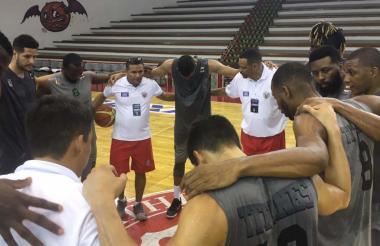 Los Titanes orando antes de iniciar el entrenamiento.