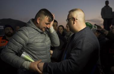 Rosose, padre de Julen, el niño que se cayó en un pozo llora mientras miembros del equipo de rescate lo consuelan.