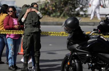 Un miembro de la Policía abraza a sus familiares el día del atentado en Bogotá.