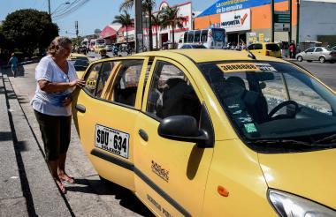 María Elena Yepes se prepara para subirse al taxi en la esquina de la carrera 10 con la Cordialidad.