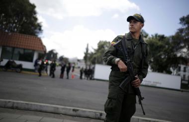 Un uniformado de la Policía custodia una de las entradas de la Escuela General Santander, atacada por terroristas.