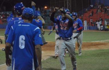 Los peloteros de Caimanes celebran el triunfo obtenido en el estadio 20 de Enero.