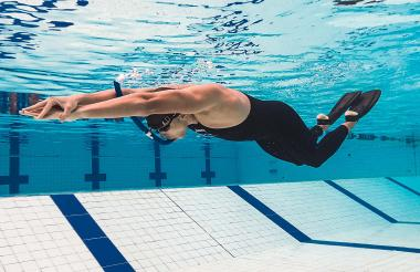 Julio César Galofre Montes durante uno de sus entrenamientos en la natación con aletas.