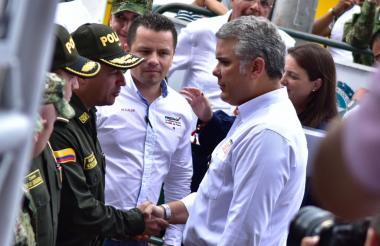 El presidente Duque saluda a varios uniformados a su arribo a Fresno (Tolima).