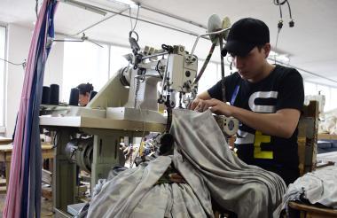 Un trabajador de una empresa del sector de confecciones que opera en Barranquilla.
