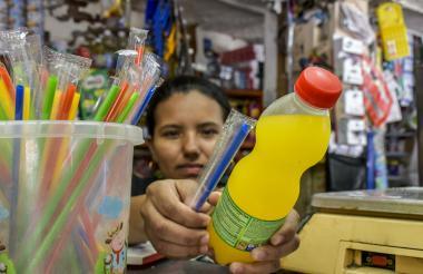 Los tenderos dicen que  el uso de pitillos sigue siendo frecuente entre los compradores.