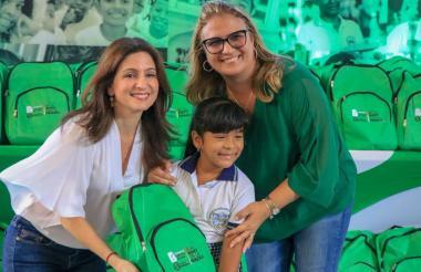 Katia Nule y Bibiana Rincon, entregan un kit a una estudiante de las Las Flores