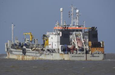 La draga 'De Bougainville' navegando por el canal de acceso durante la reciente campaña de dragado.