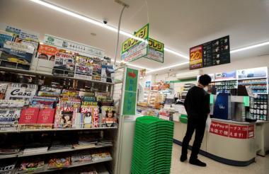 Un japonés en una de las tiendas de autoservicio.